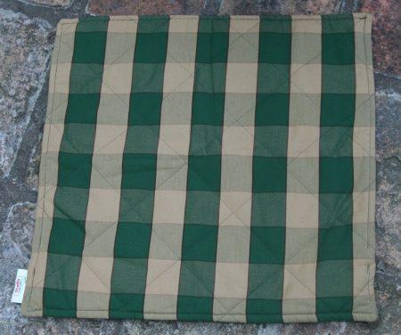 P014 párnahuzat, zöld-sötét ecru kockás steppelt